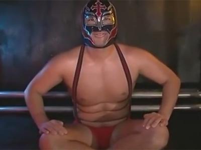 【ゲイ動画】ガチムチな体の男が覆面レスラーのコスをした状態でリングの上でアナルセックスで犯される!