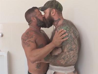 【無修正ゲイ動画】全身タトゥーだらけのガチムチな毛深い白人の男2人がアナルセックスを楽しむ!