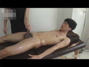 【ゲイ動画ビデオ】細身のイケメンがゴーグルマンにオイルマッサージをしてもらって勃起チンコをいじられる!