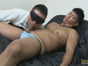 【ゲイ動画】胸筋が発達しているガチムチな男がゴーグルマンに尻穴を激しくいじられてしまう!