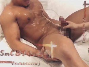 【ツイッターゲイ動画】チンポモロ感のマッチョが亀頭責めで噴水潮吹き!吹いた体液で身体もシーツもビショビショに濡れまくり!