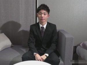 【ゲイ動画ビデオ】スーツ姿のイケメンが猥褻な面接で裸にされてブリーフをずらされながら犯されることになる!