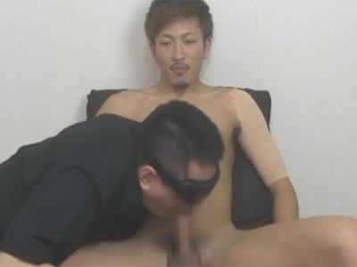【ゲイ動画】左腕にテーピングをしているエグザイル系イケメンがゴーグルマンにチンコと尻穴を徹底的にいじられる!