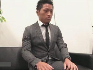 【ゲイ動画ビデオ】スーツ姿のノンケのイケメンがモデルのオーディション中に全身を激しくいじられてしまう!