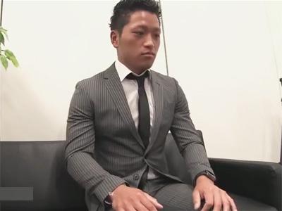 【ゲイ動画】スーツ姿のノンケのイケメンがモデルのオーディション中に全身を激しくいじられてしまう!