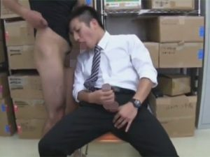 【ゲイ動画】人畜無害そうな優しい雰囲気の男が倉庫でスーツを脱がされながらゴーグルマンに犯される!