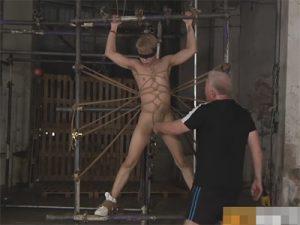 【無修正ゲイ動画】欧米人が緊縛状態でSMプレイを受けながら逆さ吊りまでさせられながらあえぎ続けることになる!