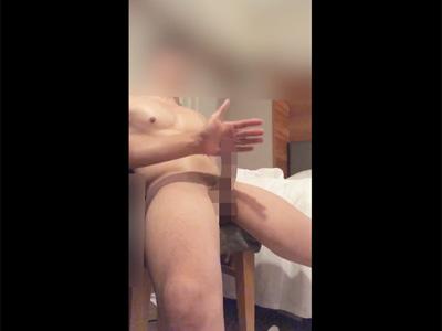 【ツイッターゲイ動画】勃起力で反発してくるペニスを手の平でスリスリされ手で亀頭を包み込むローション手コキで責められるM男!