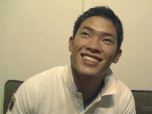 【ゲイ動画ビデオ】ラグビーをしているガッチリとした体形の男がオナニー姿を披露してくれることになる!