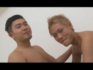 【ゲイ動画】金髪のオラオラ系の素人が黒髪のイケメンに愛撫をされてからアナルセックスで犯されてしまう!