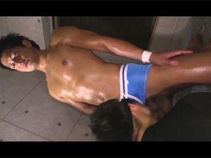 【ゲイ動画】ギラギラとした雰囲気の日焼けをしたマッチョな男がゴーグルマンの手コキなどで犯される!