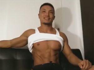 【ゲイ動画ビデオ】ガテン系の極上のマッチョの体を持つ男がオナニーを楽しみまくっちゃう!