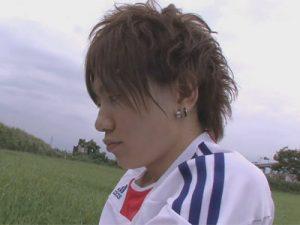 【ゲイ動画】外でサッカーの練習をしているイケメンが草むらに隠れながらオナニーをすることになる!