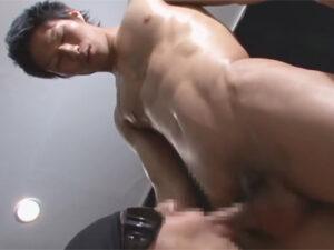 【ゲイ動画ビデオ】シックスパックにきれいに腹筋が割れているマッチョな男がゴーグルマンのフェラや手コキを満喫して乱れる!