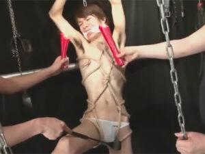 【ゲイ動画ビデオ】スリムな男が麻縄で縛り付けられた状態でろうそくでなぶられて抵抗できずに悶えることになる!