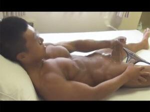 【無修正ゲイ動画】ボディビルダーの大会で活躍しているマッチョな男がオナニーで性欲を満たす!