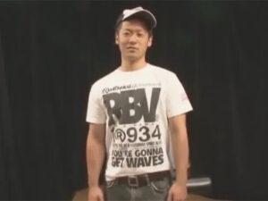 【ゲイ動画ビデオ】細マッチョな男が手錠をつけられながら目隠しをされて全身をいじられ続けることになる!