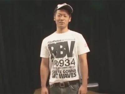【ゲイ動画】細マッチョな男が手錠をつけられながら目隠しをされて全身をいじられ続けることになる!