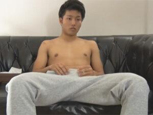 【ゲイ動画ビデオ】ノンケのスジ筋な男がソファーに座りながらオナニーを楽しんで精液を噴射することになる!