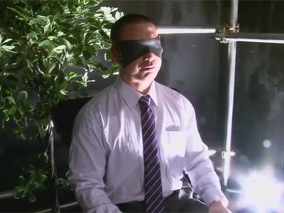 【ゲイ動画】目隠しをされた坊主なサラリーマンがアナルセックスで激しく犯されることになる!