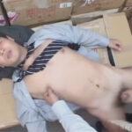【ゲイ動画】倉庫で作業をしているサラリーマンが同僚の男に激しい技でいきなり犯されて尻穴をこじ開けられる!