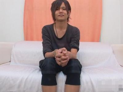 【無修正ゲイ動画】ギャル男系のイケメンがソファーの上でオナニーを楽しんで精液を噴射することになる!