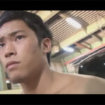 【ゲイ動画】少しだけ焼けているマッチョな男が倉庫の中で立った状態でのオナニーを楽しむ!