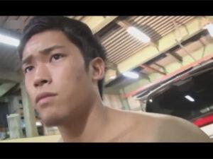 【ゲイ動画ビデオ】少しだけ焼けているマッチョな男が倉庫の中で立った状態でのオナニーを楽しむ!
