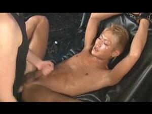 【ゲイ動画】日焼けをしているヤンチャ系な男が拘束されながらアナルセックスで激しく犯されてしまう!