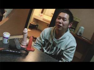 【ゲイ動画ビデオ】ぽっちゃりとした男が和室で複数の玩具で尻穴を拡張されながらチンコをしごかれることになる!