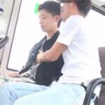 【ゲイ動画】田舎のバスの中でヤンチャ系な男が痴漢に襲われてアナルセックスで乱れることになる!