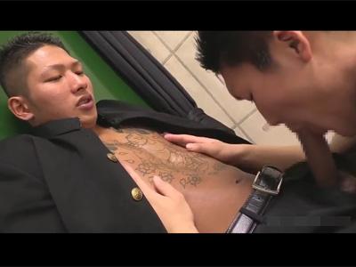 【ゲイ動画】上半身に和柄の怖い入れ墨を入れている男子学生が激しく全身を教室でいじられることになる!