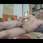 【無修正ゲイ動画】素人の短髪な男が和室でオナニーをしている姿を照れながら披露することになる!