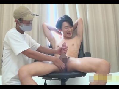 【ゲイ動画】色白の肌のスリムな体の素人の男がプロの男にスケベに全身をいじられ続けることになる!