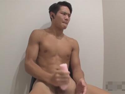 【ゲイ動画】七三分けにしているマッチョな素人の男が照れながらオナニーをする姿を披露してくれることになる!
