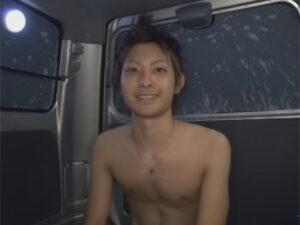 【ゲイ動画ビデオ】狭い車の中で素人のイケメンがオナニーを披露してからゴーグルマンにシコシコされて犯される!