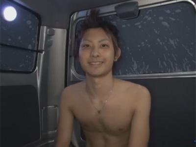 【ゲイ動画】狭い車の中で素人のイケメンがオナニーを披露してからゴーグルマンにシコシコされて犯される!