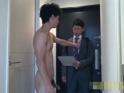 【ゲイ動画】全裸姿で自宅にいたイケメンが友人を呼び出してアナルセックスで激しく犯し続けることになる!