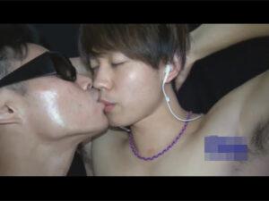 【ゲイ動画ビデオ】スジ筋なイケメンが全裸姿でゴーグルマンにひたすら犯されて目をつぶりながら淫乱に果て潮も吹かされてしまう!