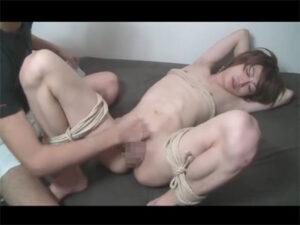 【ゲイ動画ビデオ】スリムな体のイケメンがゴーグルマンに緊縛をされながら激しく全身をいじられることになる!