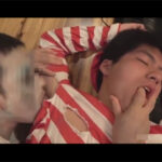 【ゲイ動画】ウォーリーを探せのコスプレをしている男が服を破かれながら激しくアナルセックスをされて昇天をさせられてしまう!