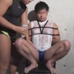 【ゲイ動画】拘束をされているマッチョな男がローションまみれにされながらアナルセックスで犯されることになる!