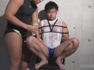 【ゲイ動画ビデオ】拘束をされているマッチョな男がローションまみれにされながらアナルセックスで犯されることになる!