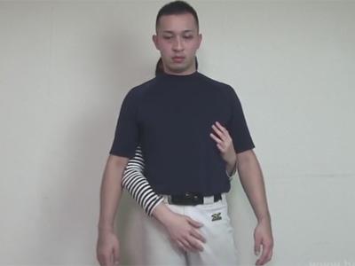 【ゲイ動画】野球の練習着を着ている坊主の男が座った状態で手コキやフェラチオをたっぷりとされることになる!