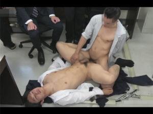【ゲイ動画ビデオ】若いスリムなイケメンのサラリーマンが不思議なストップウォッチで時間停止をされてレイプをされることになる!