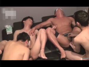 【ゲイ動画ビデオ】ハッテン場に行った男がいろいろな男たちとの乱交を満喫して照れながらズコバコ犯されることになる!