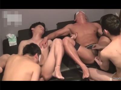 【ゲイ動画】ハッテン場に行った男がいろいろな男たちとの乱交を満喫して照れながらズコバコ犯されることになる!