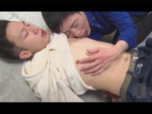 【ゲイ動画ビデオ】2人のスジ筋の男がイチャイチャしながらアナルセックスを楽しんで性欲を発散しあうことになる!