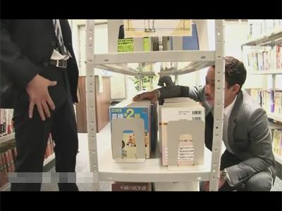 【ゲイ動画】図書室にいたサラリーマンの2人の男が声を殺しながらアナルセックスを楽しみあうことになる!