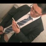 【ゲイ動画】ぽっちゃりとしたイモ系のサラリーマンの男が公衆トイレでオナニーをしている姿を披露することになる!